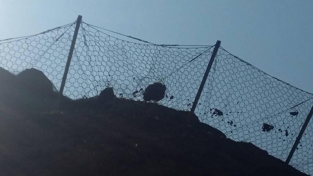 piedras interceptadas por la barrera